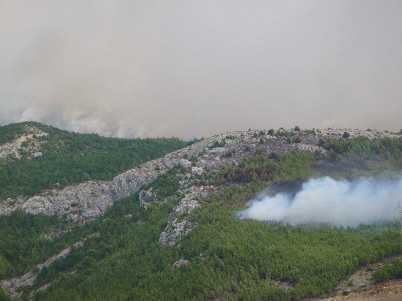 Požár Makarska - to malé uprostřed v kopcích (červenobílé) jsou požární cisterny